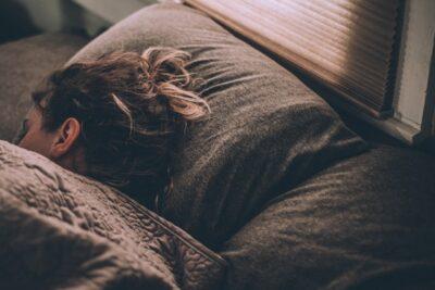 【睡眠中になる基準は何時間?ならない方法はある?】