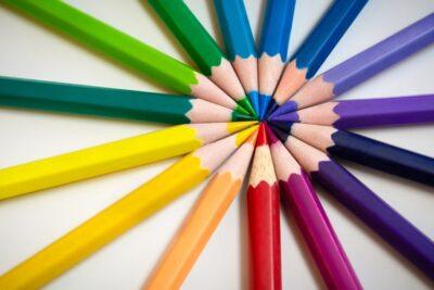 紙やすりを使えば色鉛筆やクレヨンでも描ける
